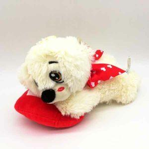 cagnolino sdraiato di peluche con cuore